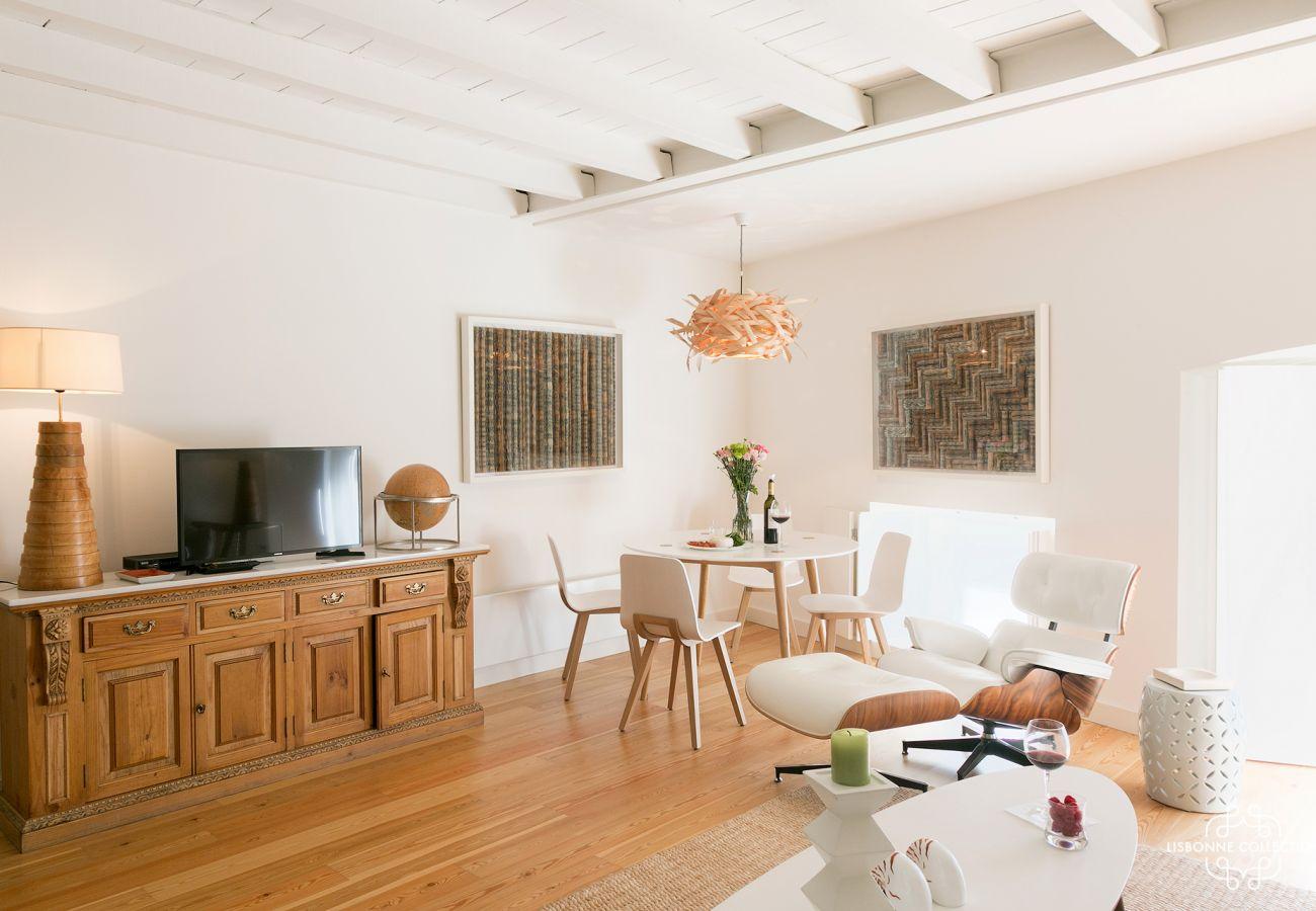 Salon spacieux à la décoration contemporaine avec accès extérieur