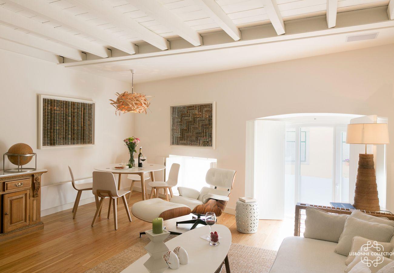 Grand salon lumineux et prestigieux avec canapé en tissu