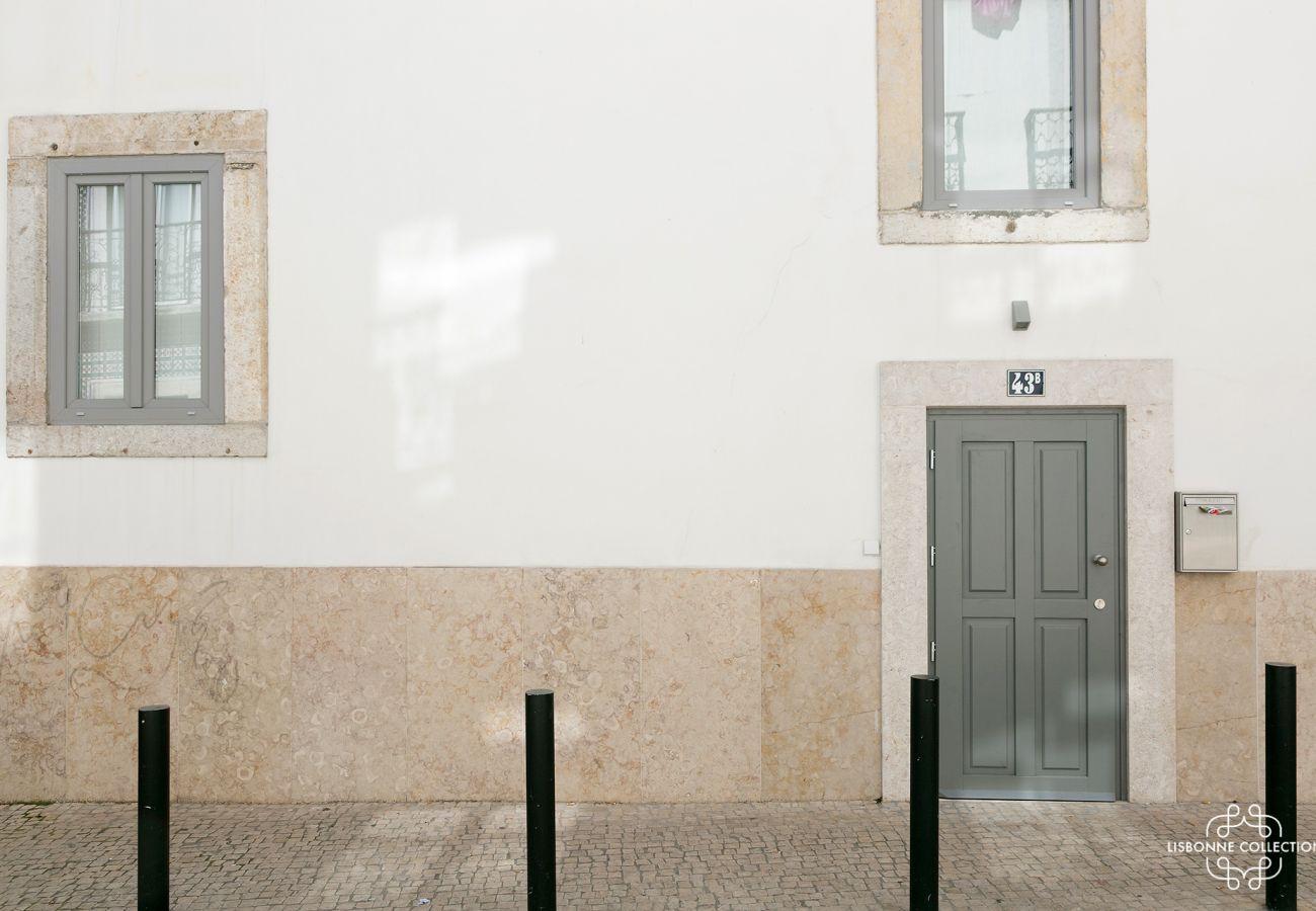 Porte d'entrée du logement de standing à louer pour passer un séjour à Lisbonne