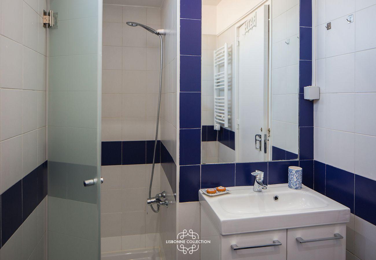Salle de bain colorée avec douche et vasque