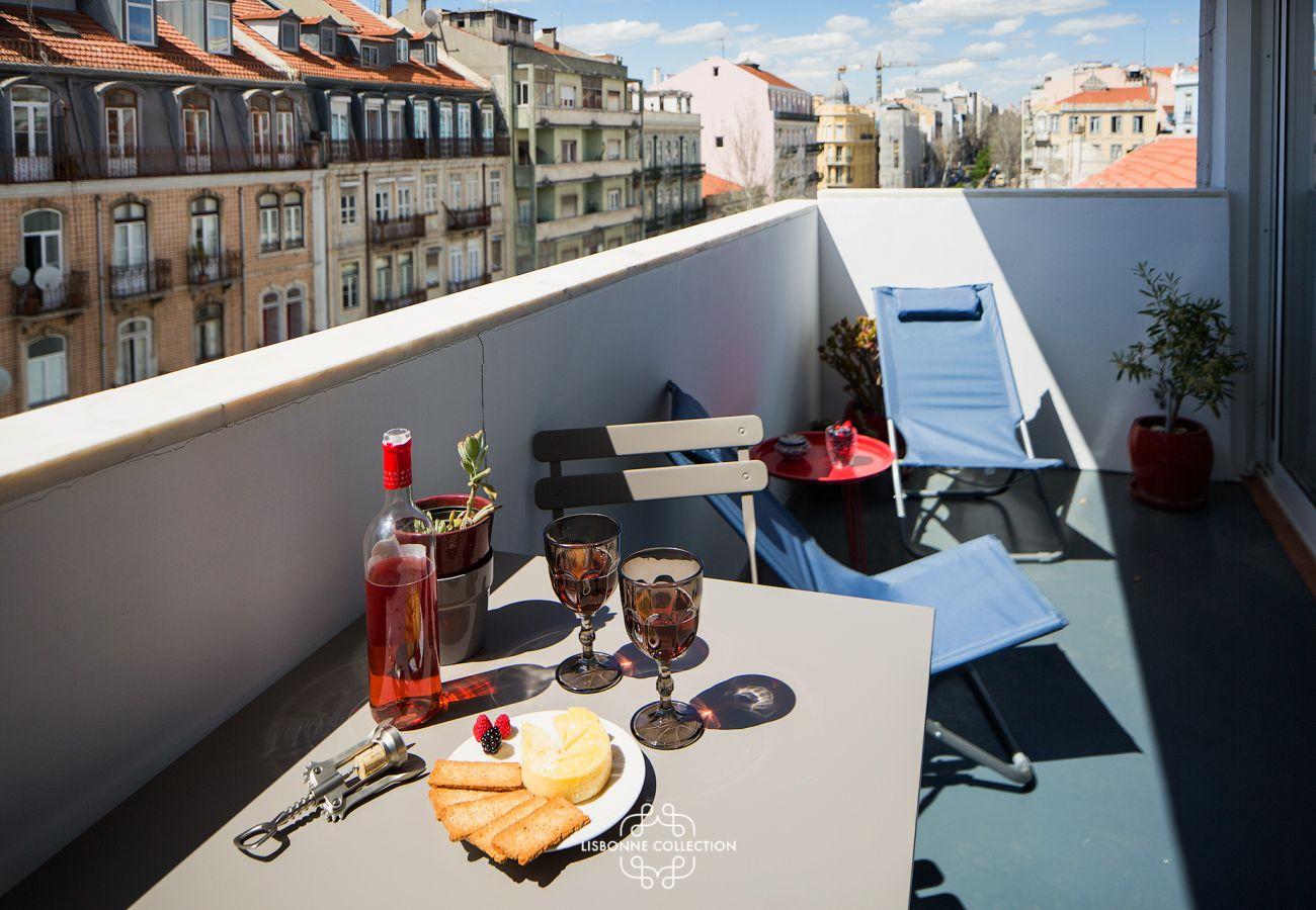 Accès extérieur sur un balcon-terrasse avec vue sur Lisbonne