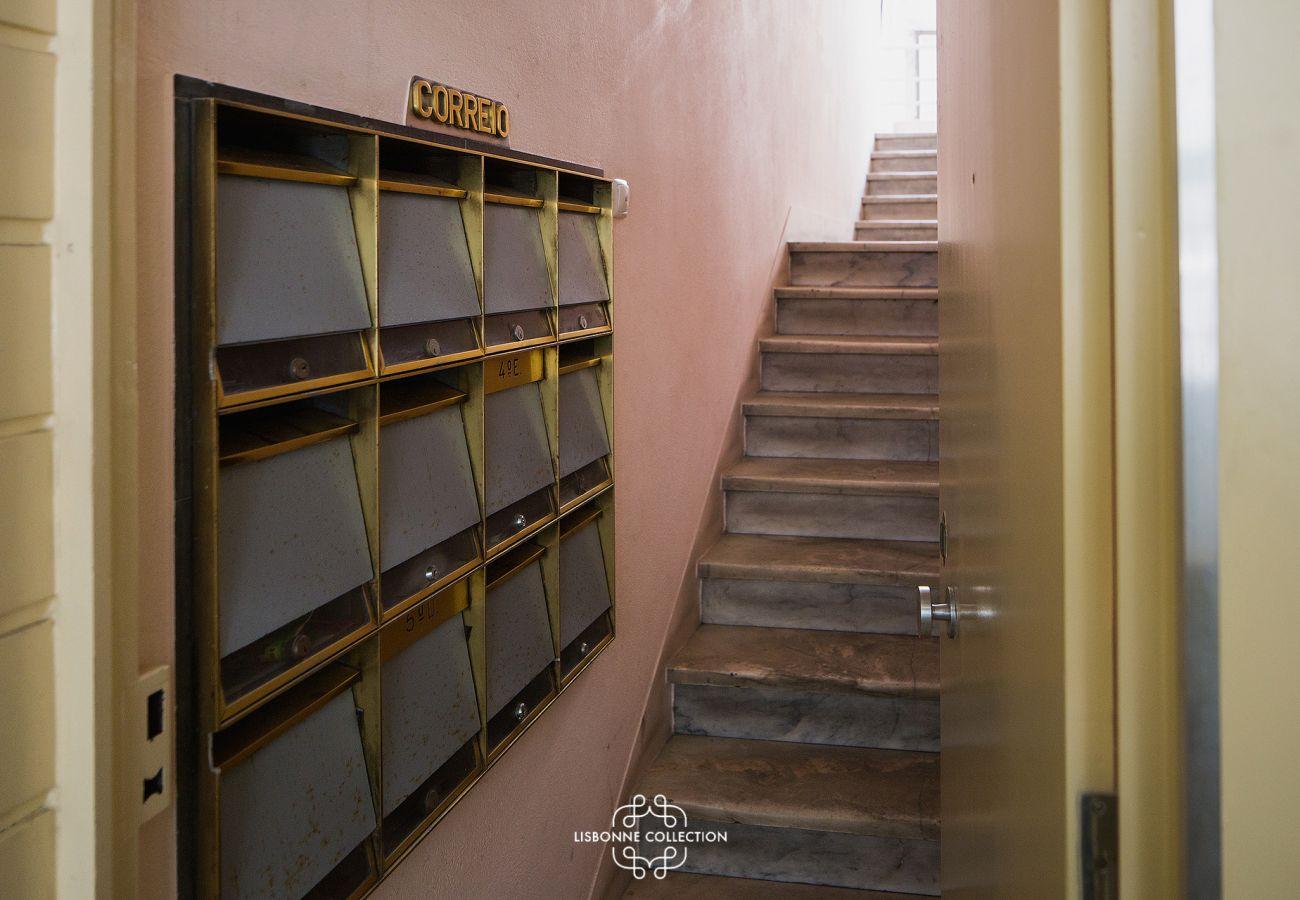 Escalier donnant accès à l'appartement à louer au cœur de Lisbonne