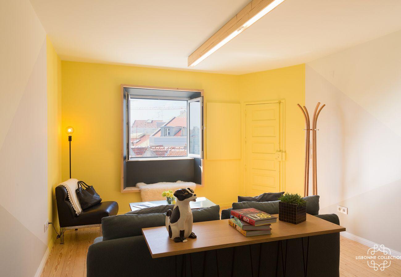 Appartement à la décoration jaune, sobre et élégante pour un séjour