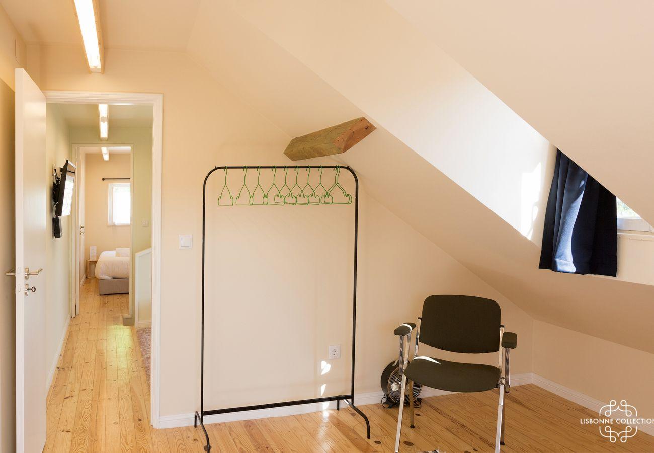 Penderie tendance avec chaise dans une chambre pour 2 locataires