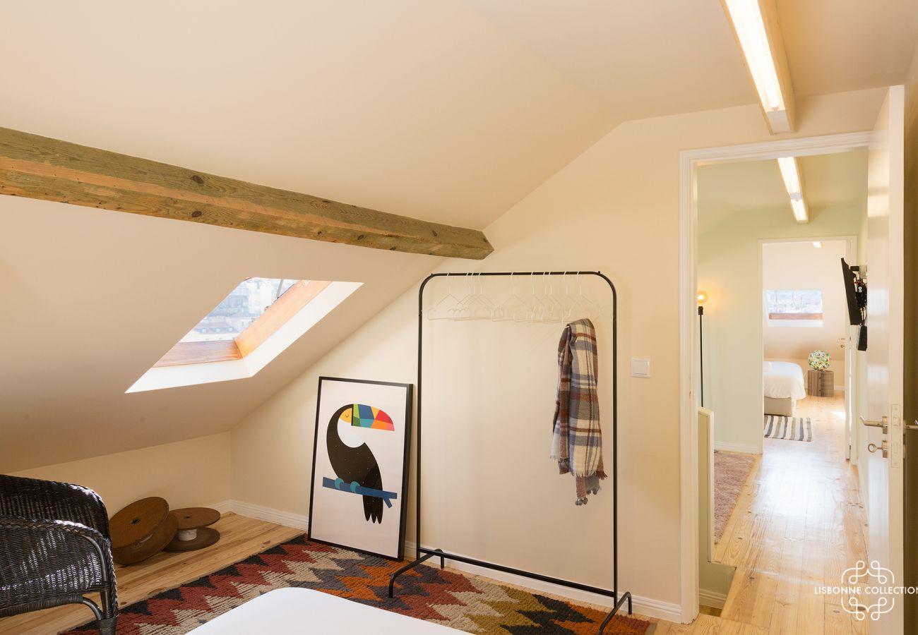 Vaste étage du duplex avec 3 chambres qui ont accès à l'escalier