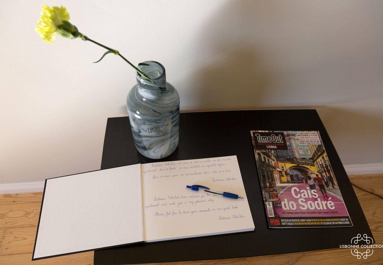 Guest book avec décoration, magazine et fleur jaune