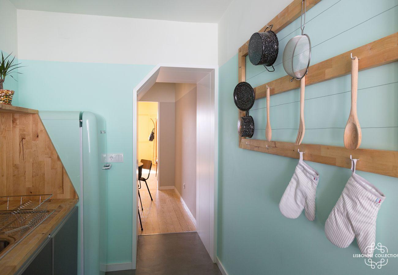 Décoration bleu cosy dans une cuisine rétro en location à Lisbonne