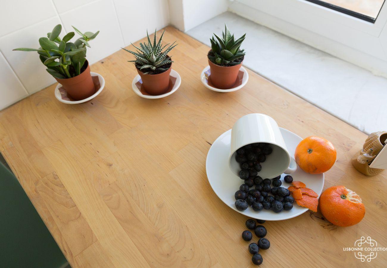 Petit cactus et fruits pausés sur le plan de travail de la cuisine