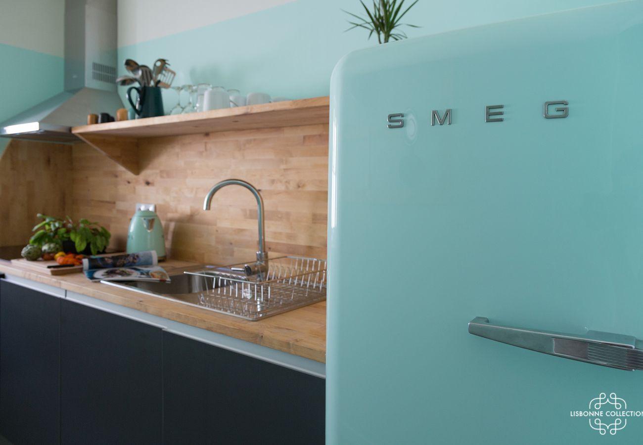 Frigo tendance et coloré dans une cuisine de standing