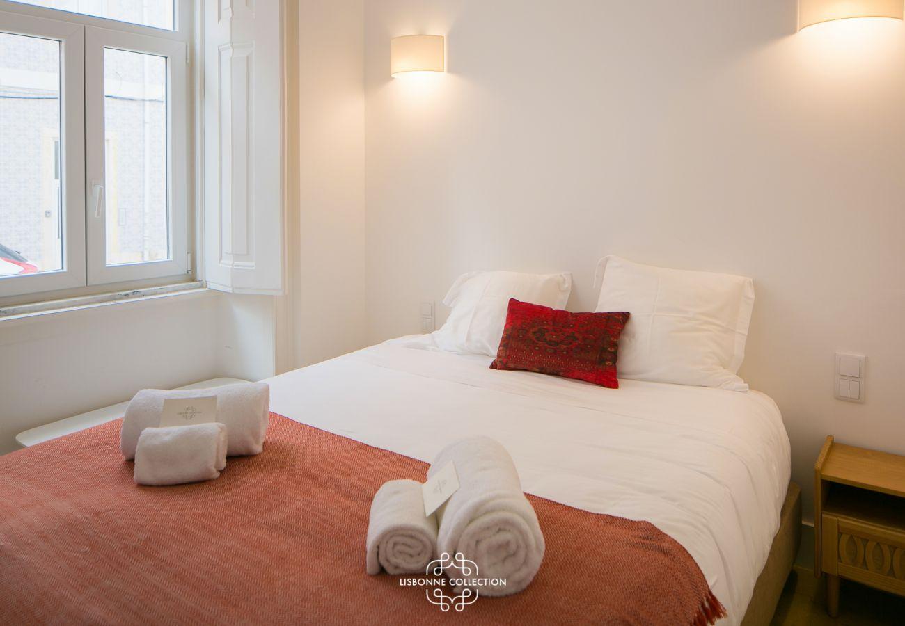 Chambre spacieuses aux tons sobres avec double couchage