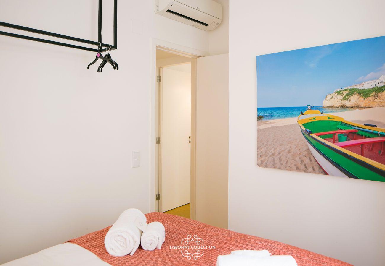 Chambre à coucher avec dressing et tableau en décoration