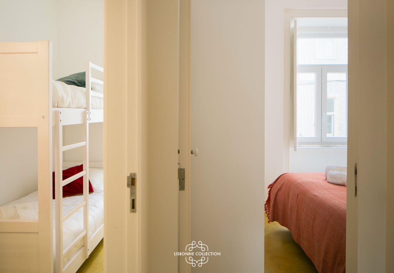 Une chambre double pour adultes et une chambre pour enfants avec lit mezzanine