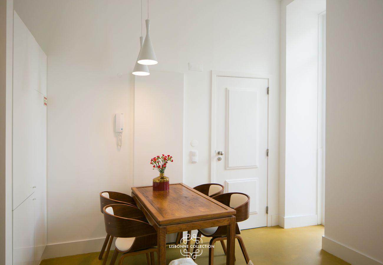 Table design en bois prestigieuse pour des déjeuners de vacances