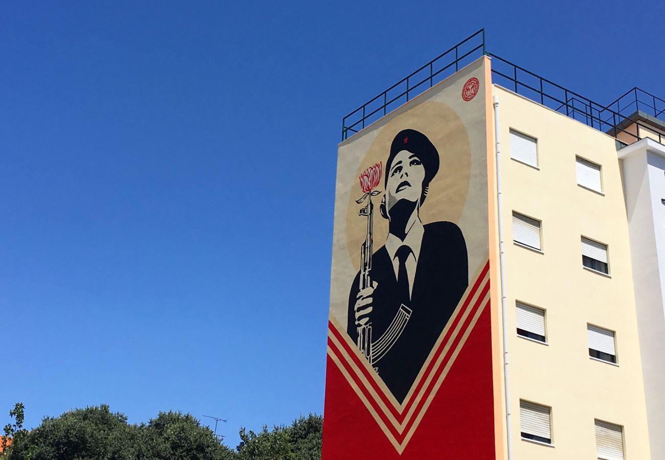 Street art à dominance rouge dans le quartier de Graça à Lisbonne