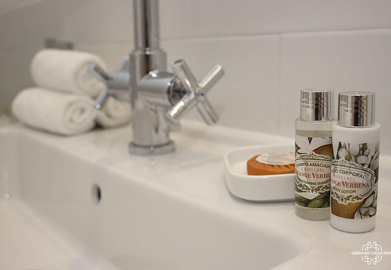 Robinet avec savon et serviette pliée sur le côté