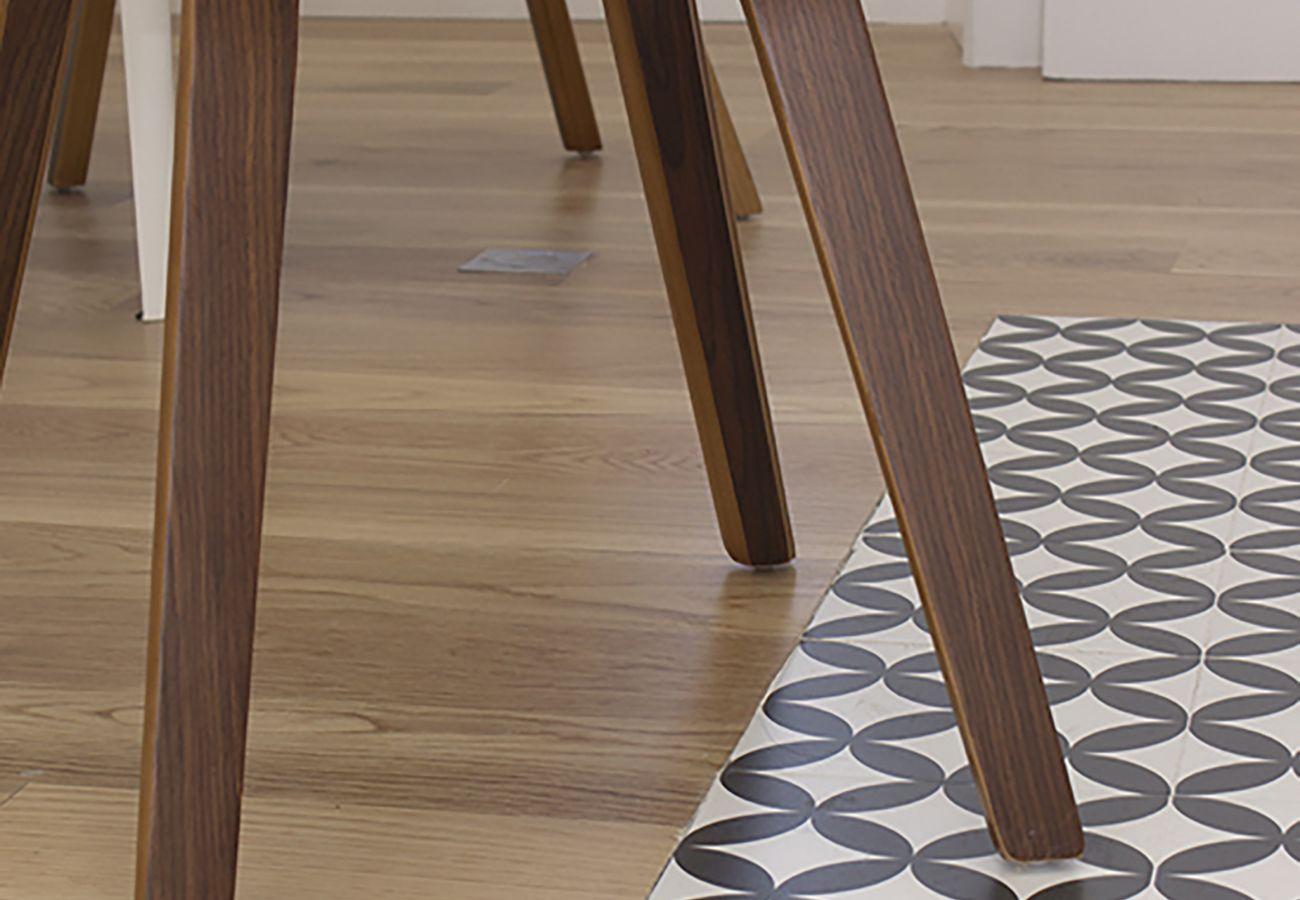 Pied de chaise en bois rustique dans un appartement authentique
