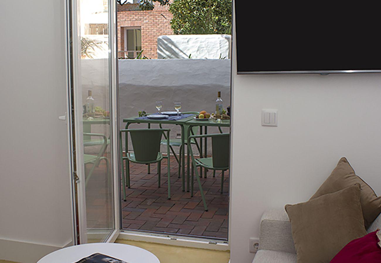 Accès extérieur sur la terrasse aménagée cosy et lumineuse