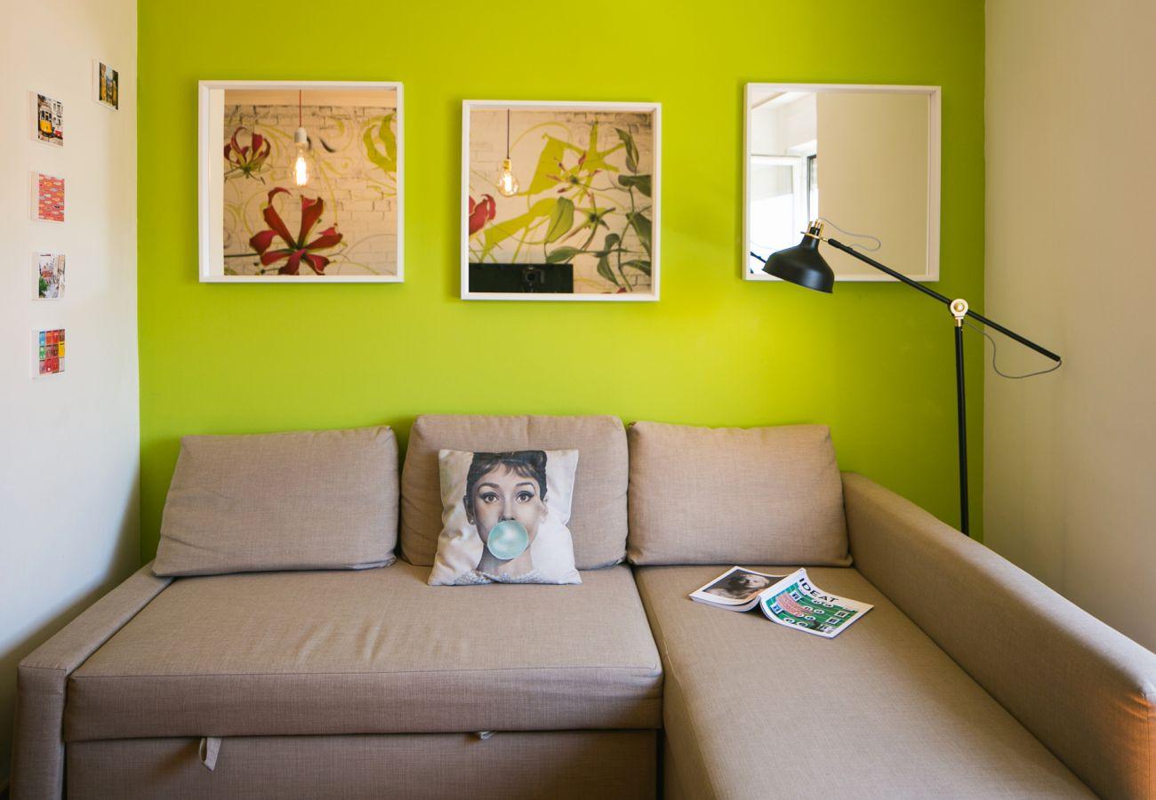 Grand canapé convertible dans un salon coloré et lumineux