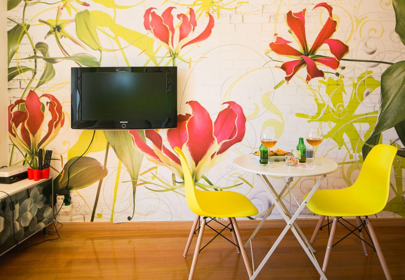 Pièce à vivre avec canapé, table-basse et salle à manger prête à être utilisée