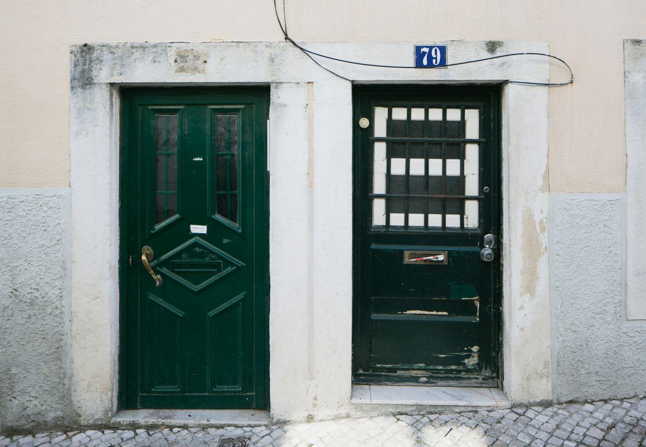 Porte d'entrée de l'appartement de location au cœur de Lisbonne