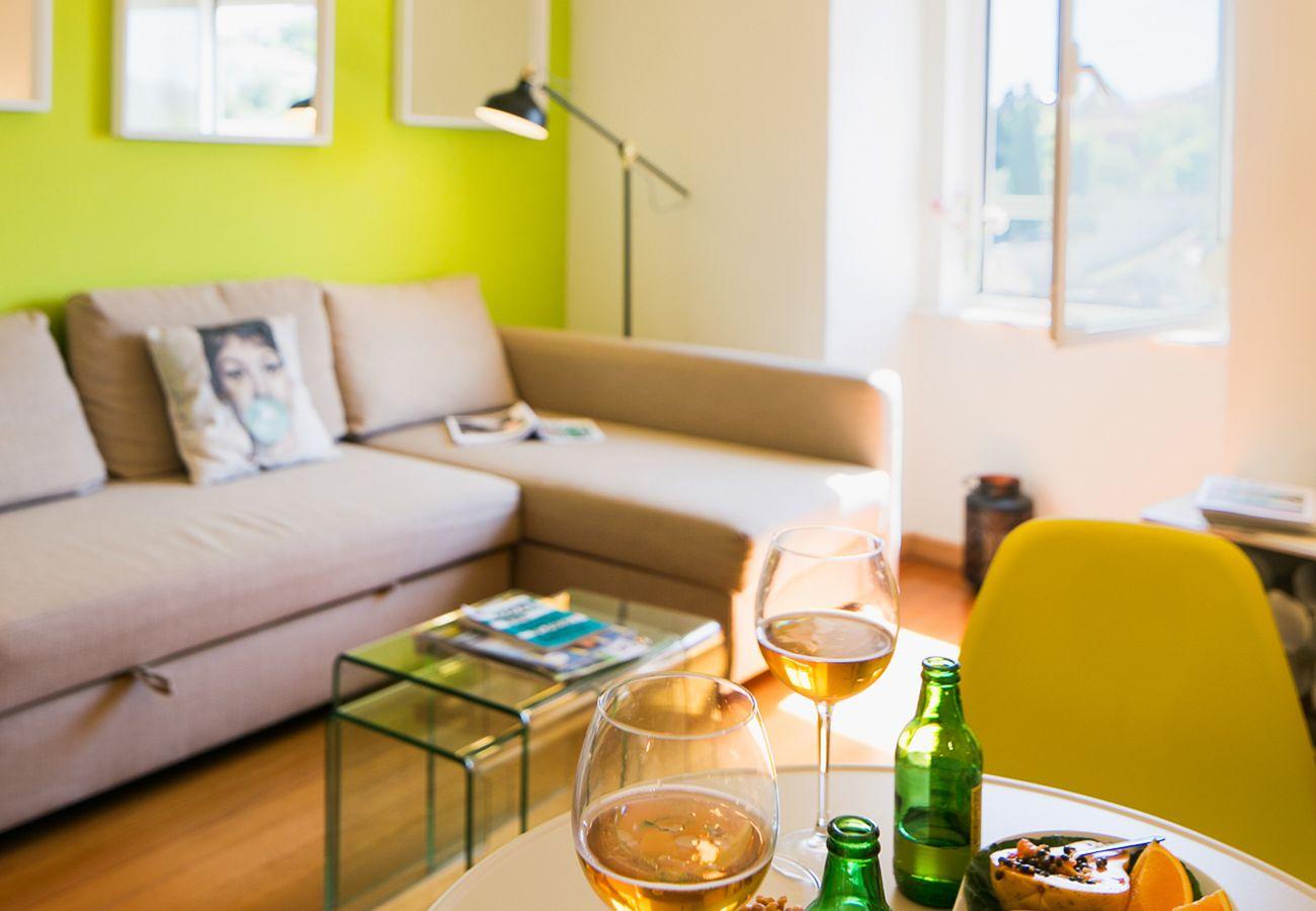 Salon avec télé et canapé convertible en location pour un séjour à Lisbonne