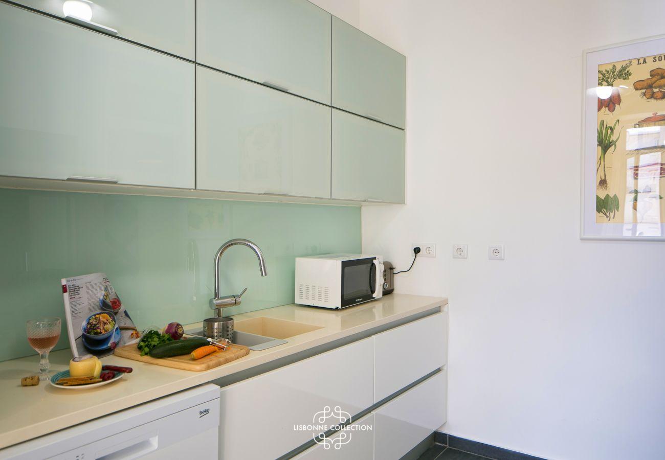 Grande cuisine design toute équipée et prête à être utilisée