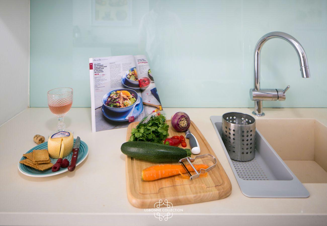 Cuisine prête à l'emploi avec évier, frigo et four