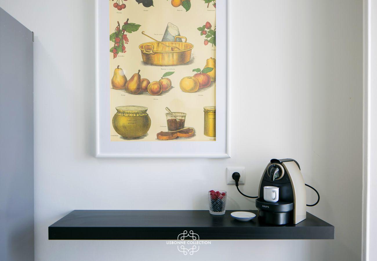 Décoration dans la cuisine avec cadre et cafetière