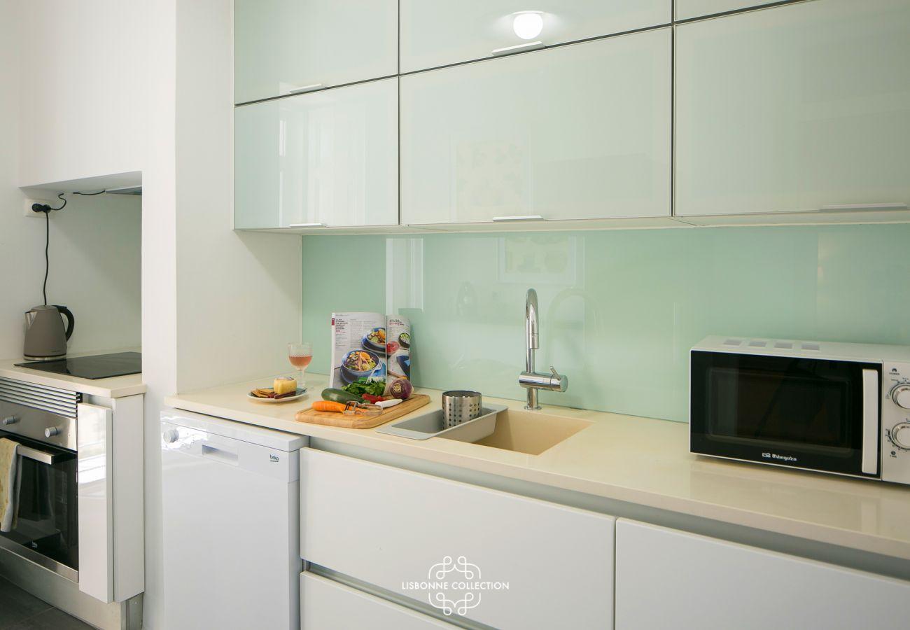 Cuisine équipée avec plaque de cuisson, four, micro-onde, évier et lave vaisselle