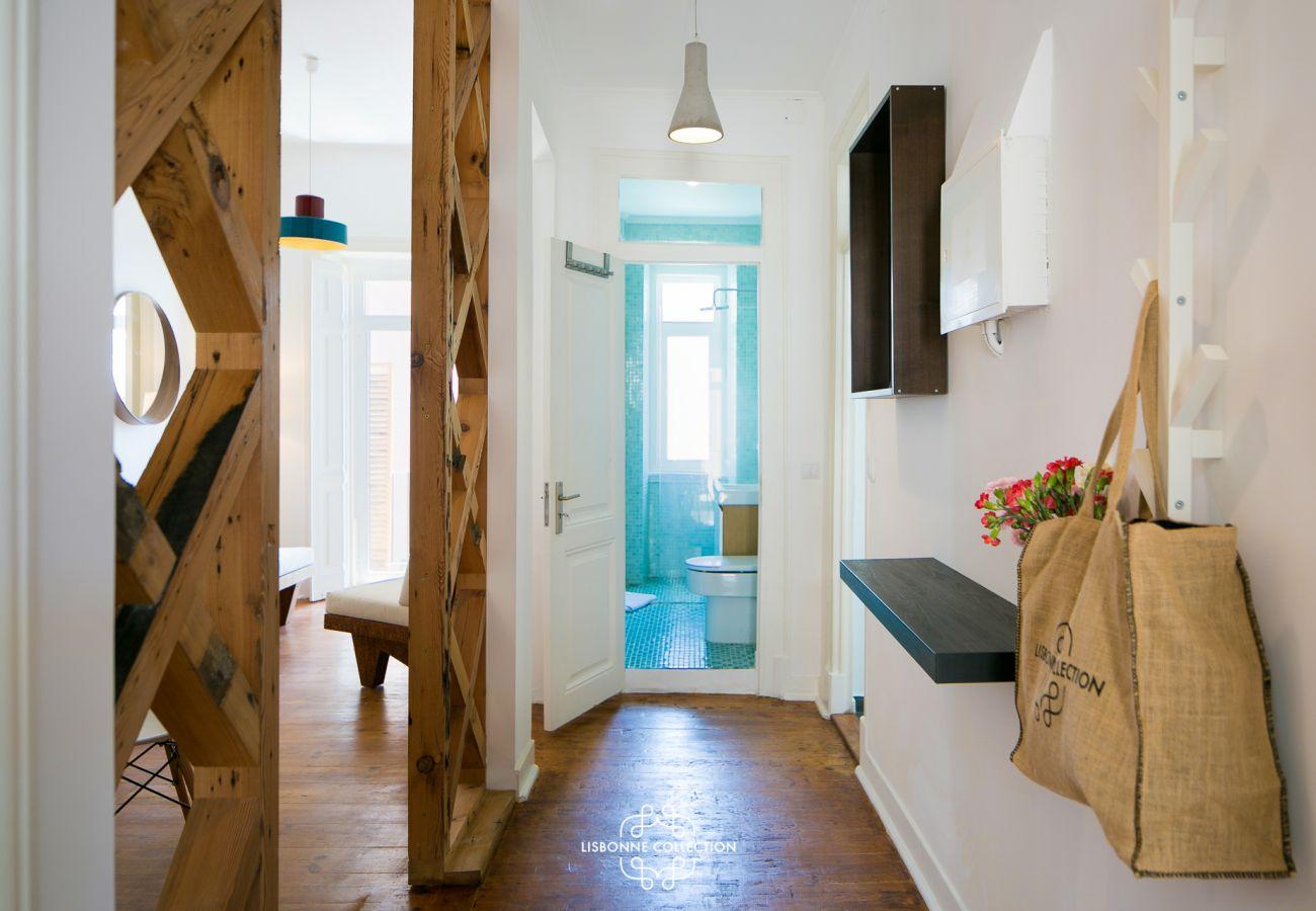Corridor principal donnant sur la cuisine, le salon et les chambres
