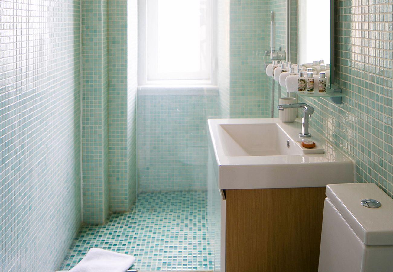 Salle de bain spacieuse moderne avec des carreaux blancs
