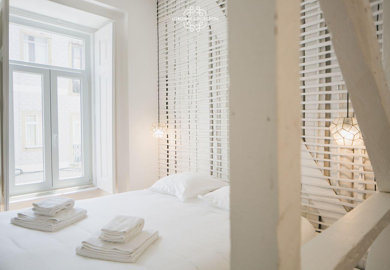 Chambre avec lit double pour adultes aux tons clairs