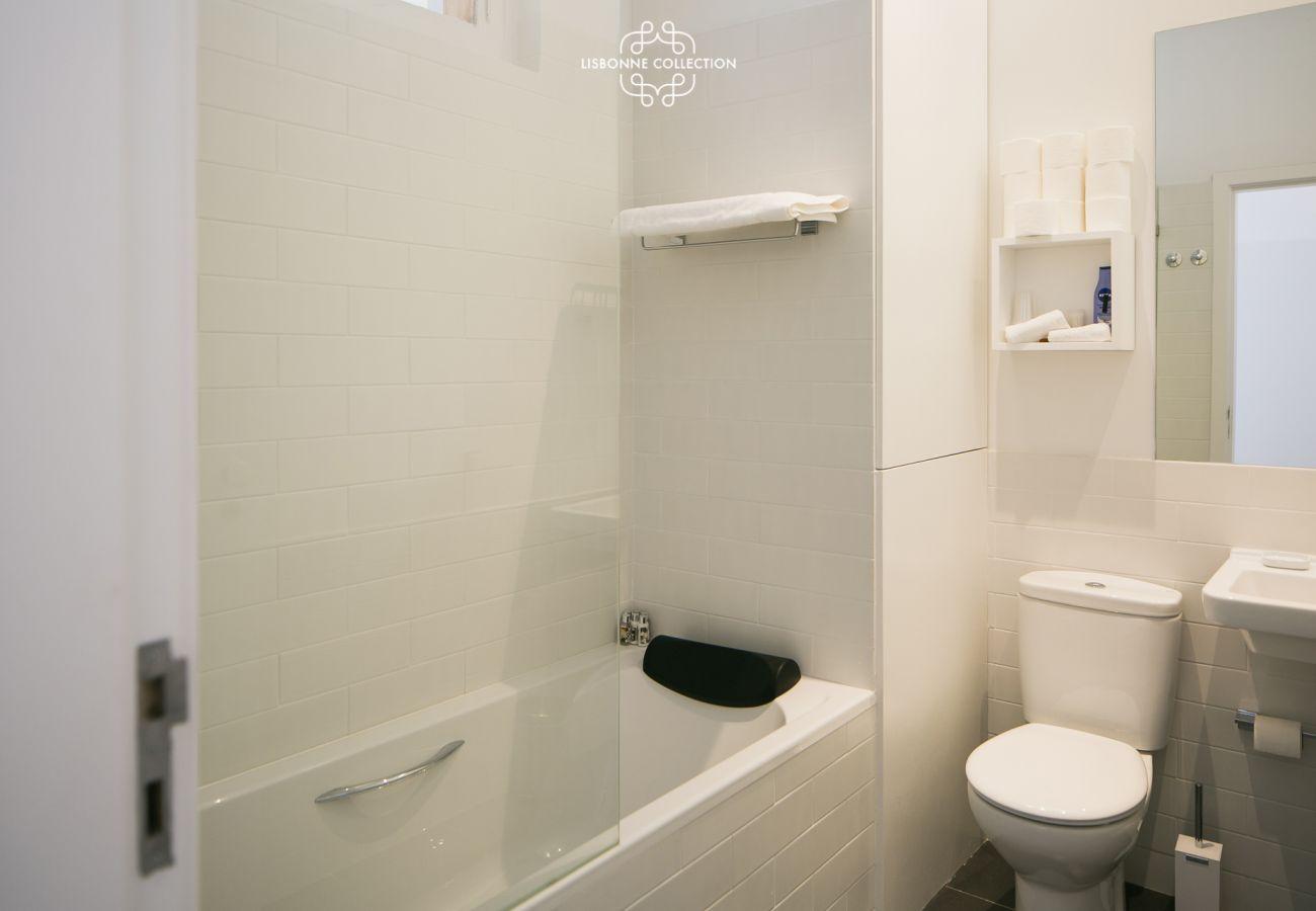 Salle d'eau avec baignoire et linges de salle de bain