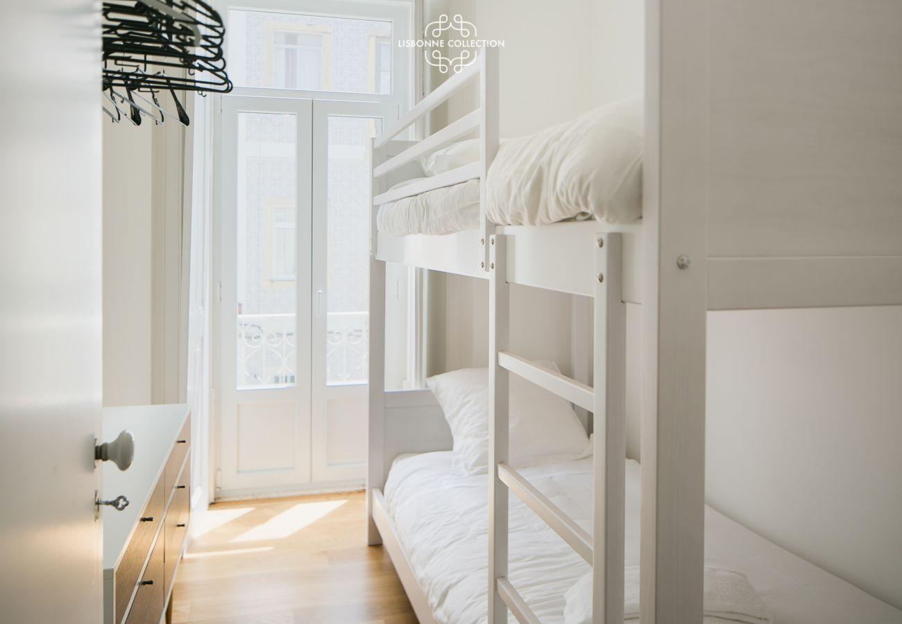Chambre pour enfants avec lit mezzanine lumineuse de standing