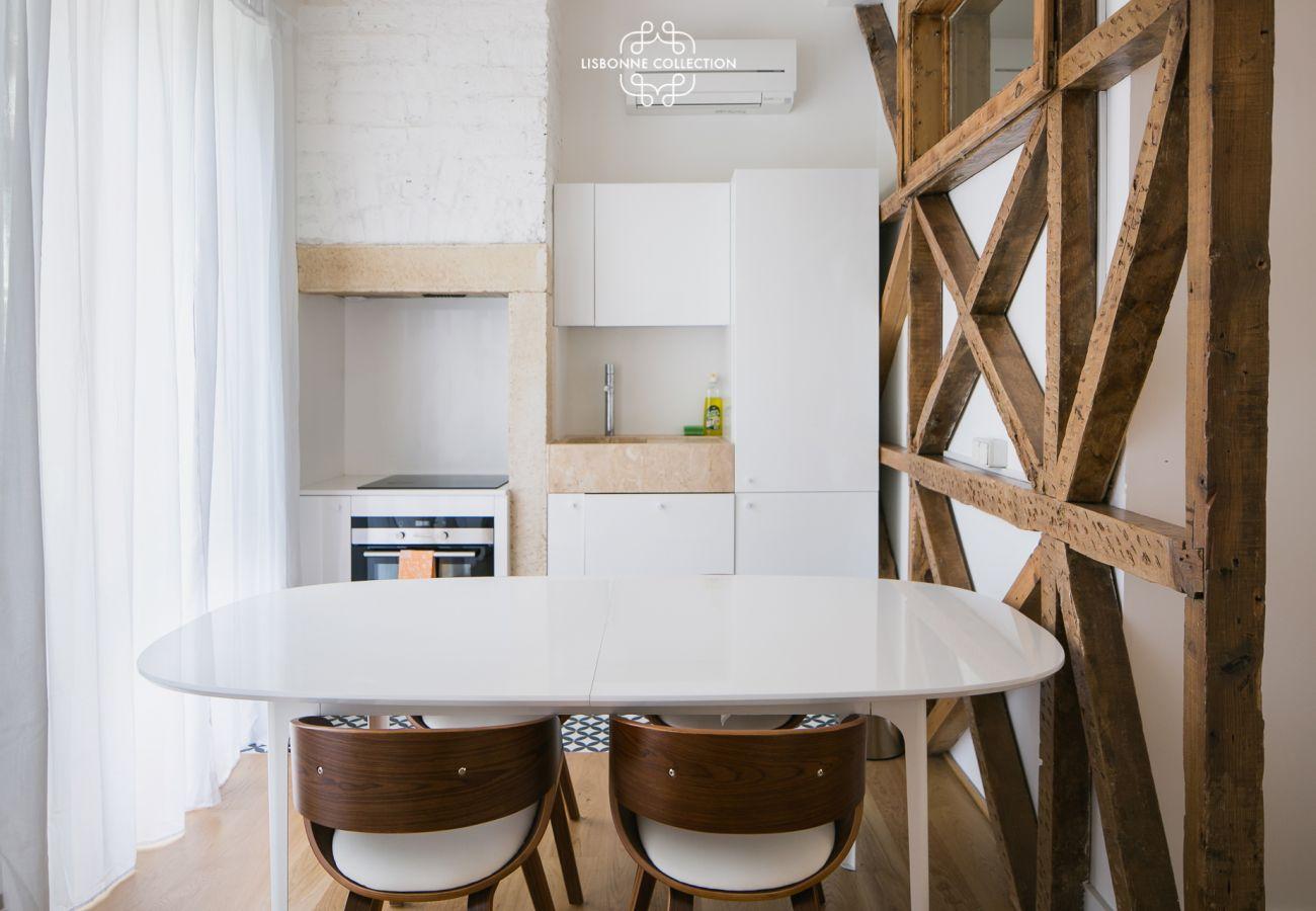 Salle à manger et cuisine avec croix de la révolution portugaise