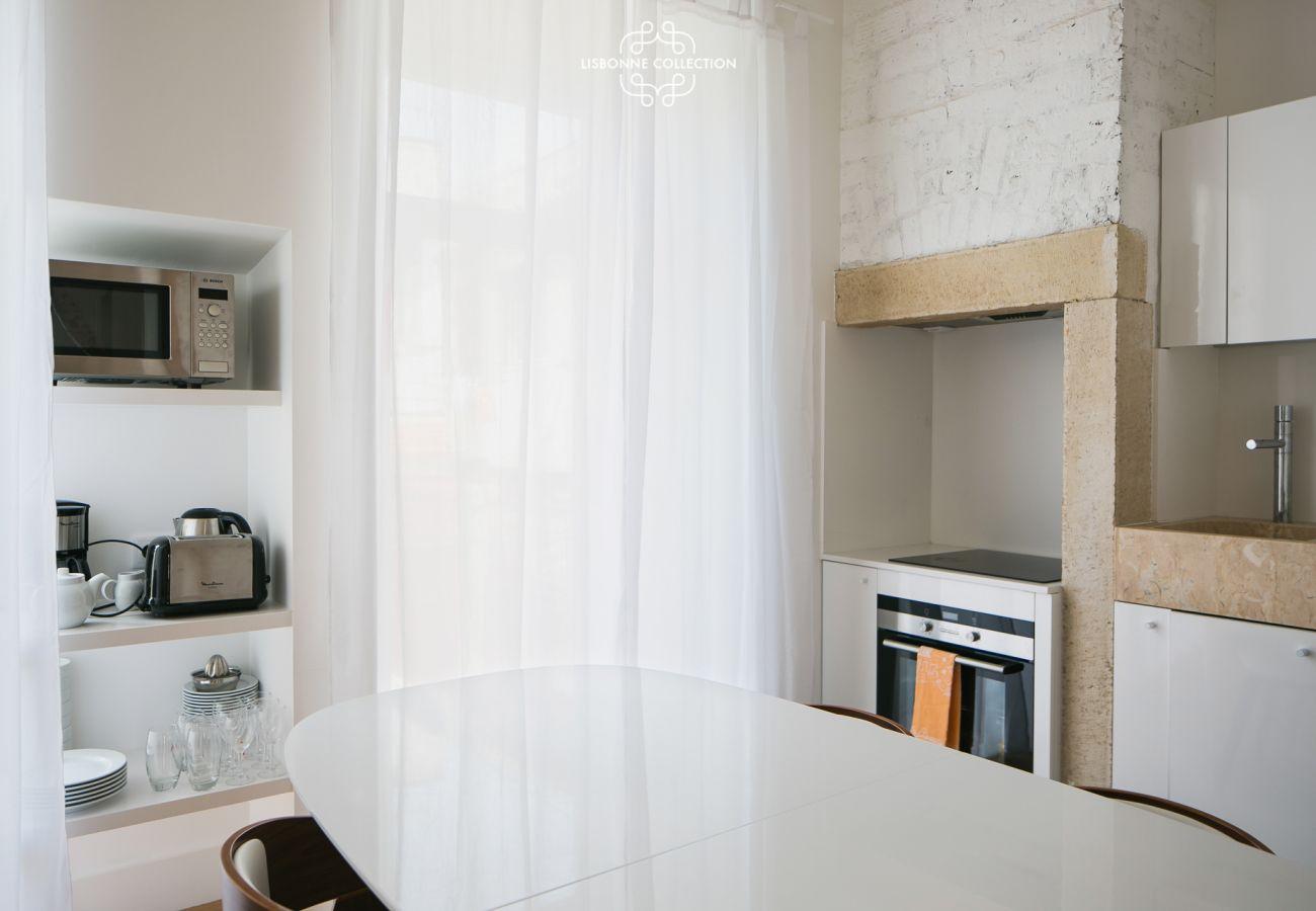 Cuisine salle à manger blanche et moderne pour un séjour dans la capitale portugaise