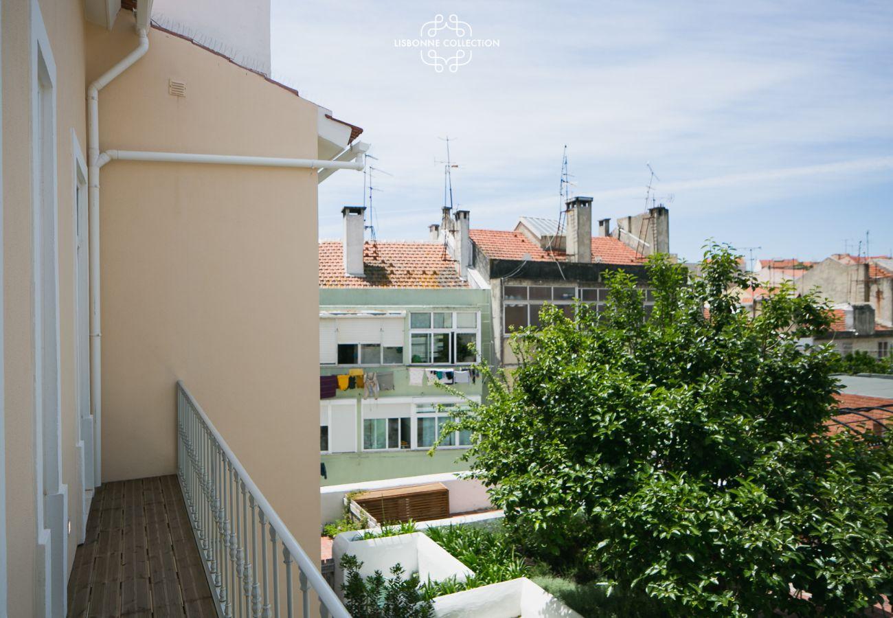 Vue sur le jardin du balcon de l'appartement de location