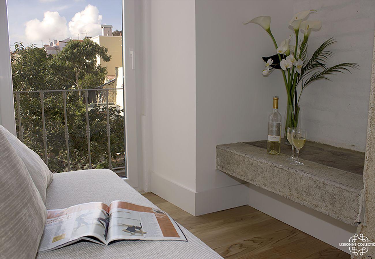 Salon avec accès extérieur donnant sur un balcon lumineux