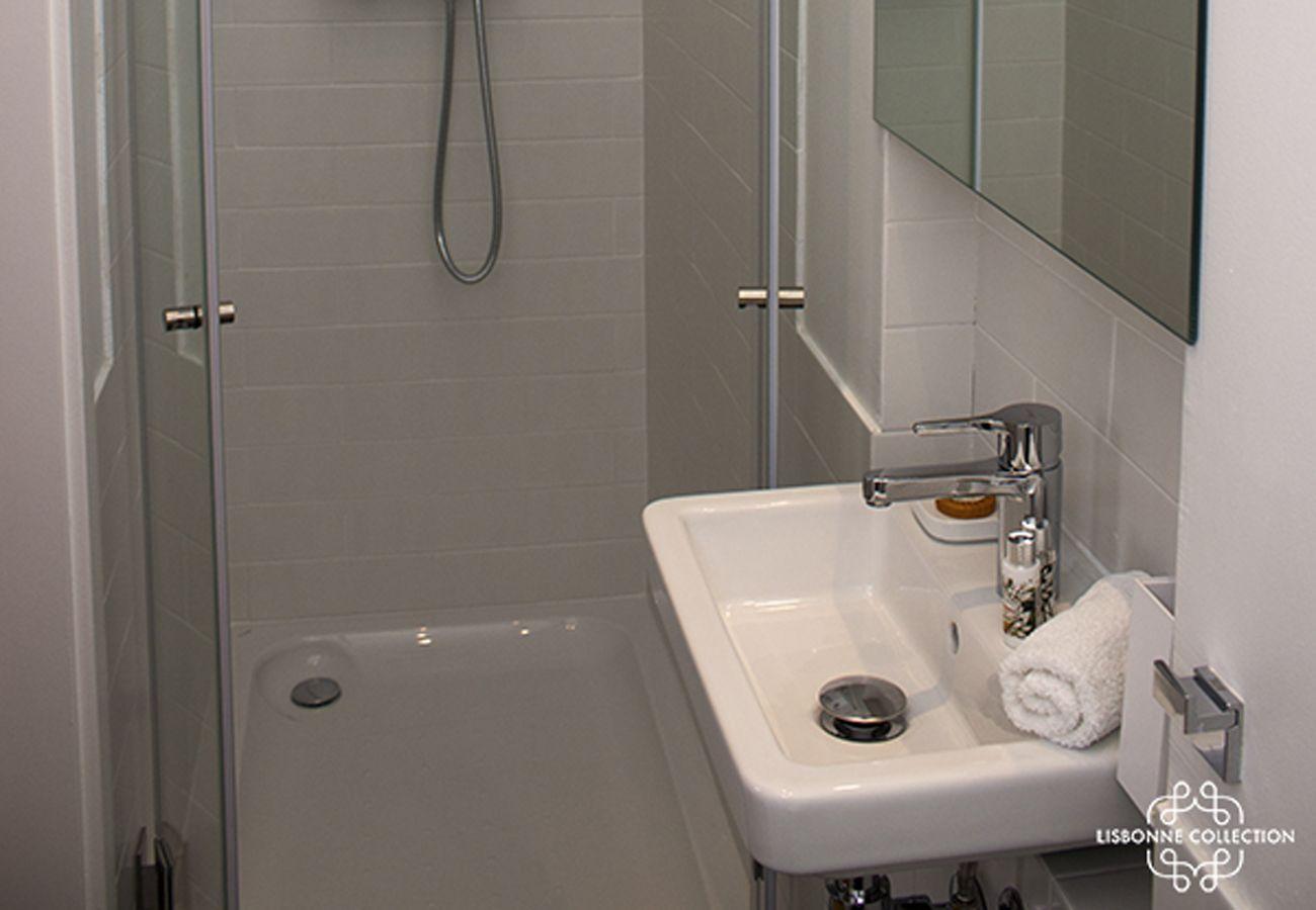 Cabinet de toilette avec douche et vasque pour un week-end
