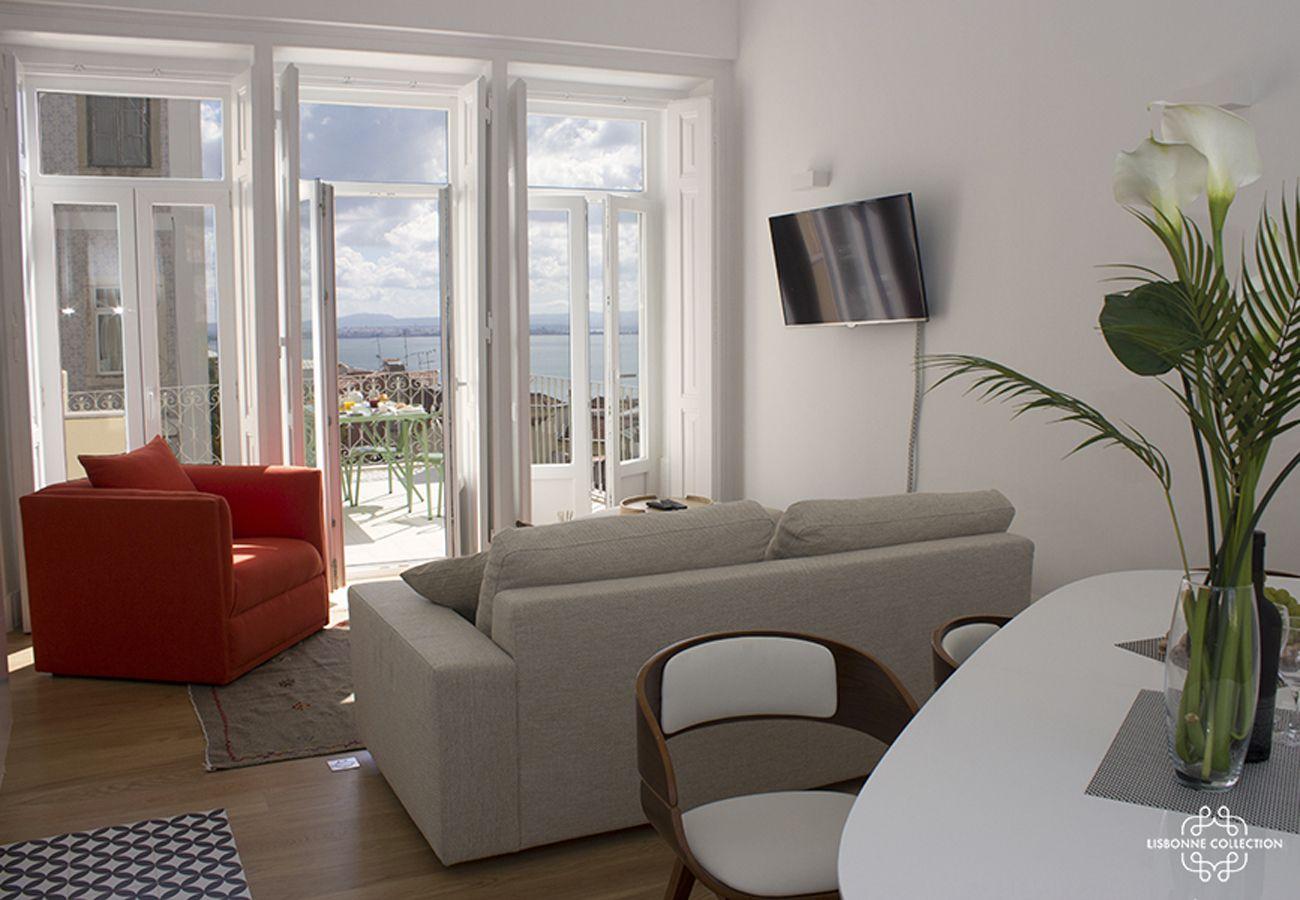 Grand salon typiquement lisboète avec accès extérieur sur la terrasse