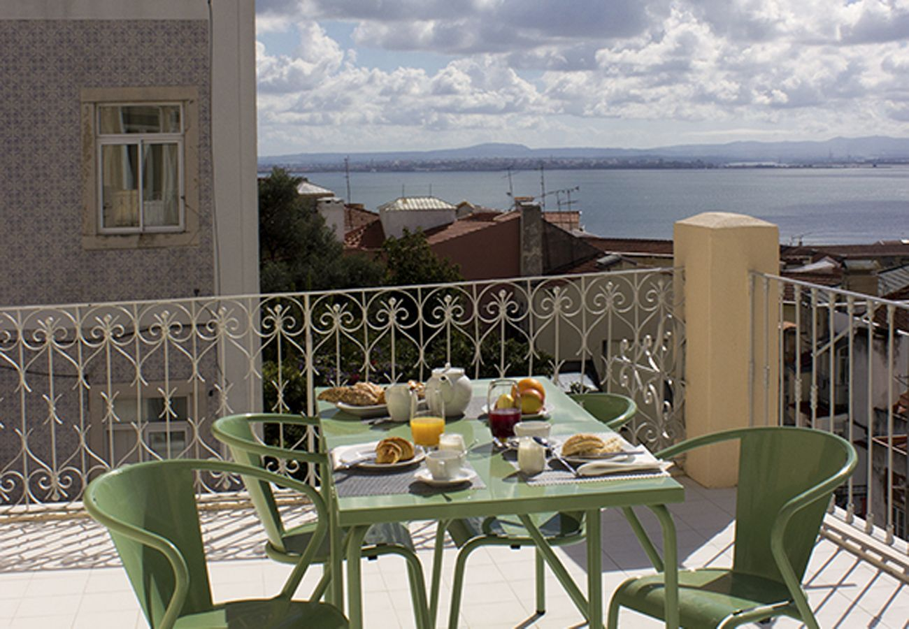 Terrasse aménagée avec vue sur le Tage et sur toute la ville