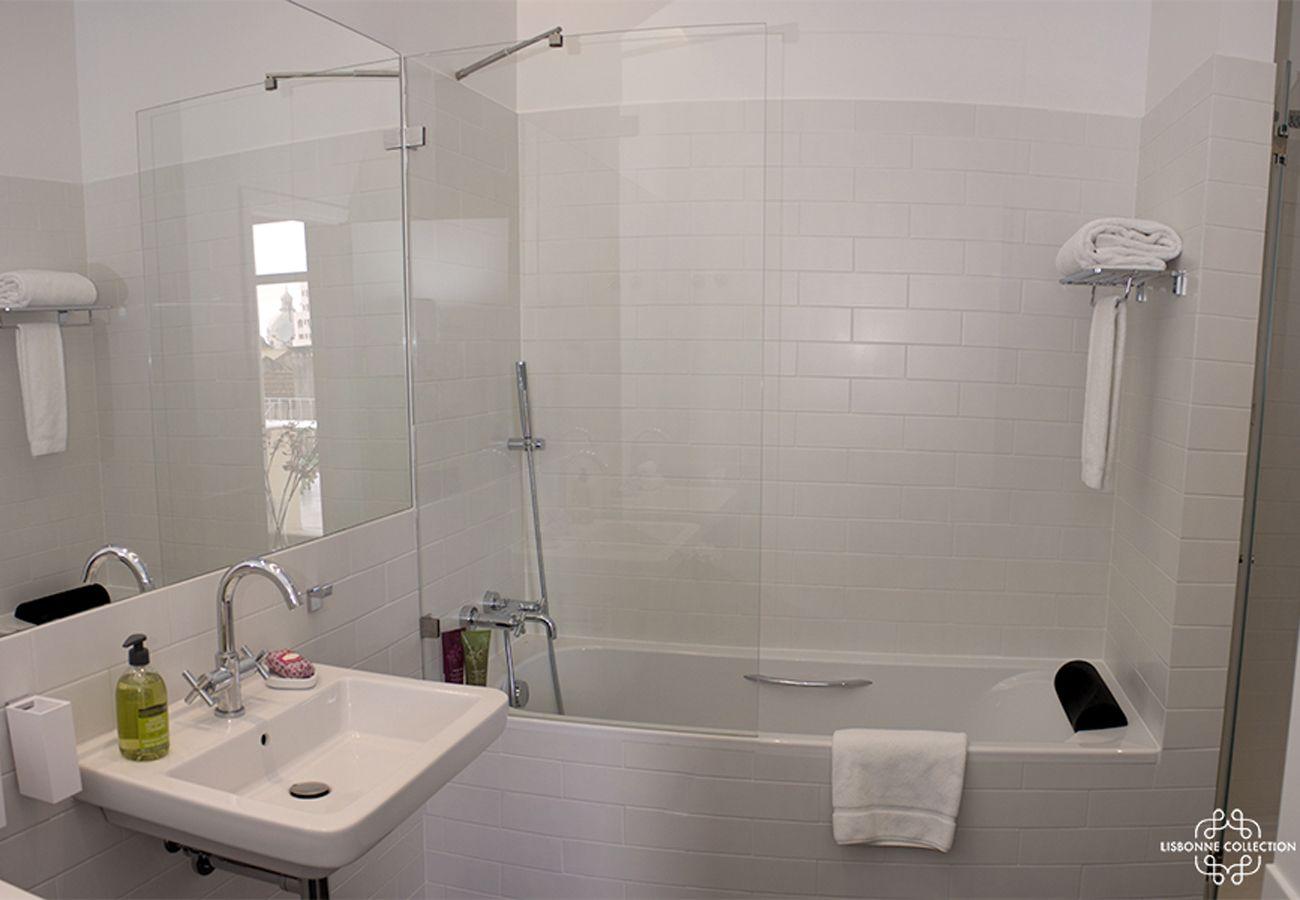 Salle de bain blanche avec baignoire de standing