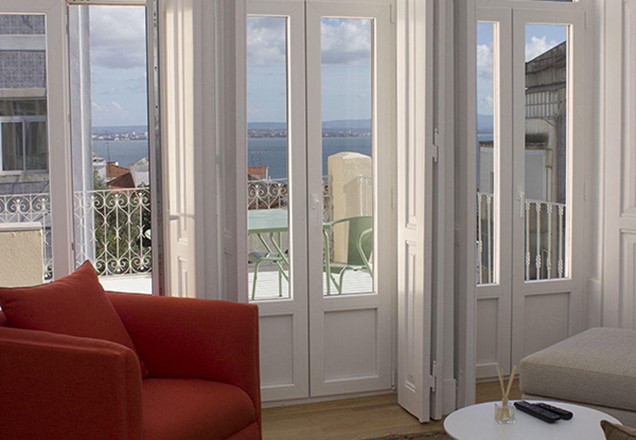 Porte fenêtre donnant sur une grande terrasse ayant une belle vue sur le Tage