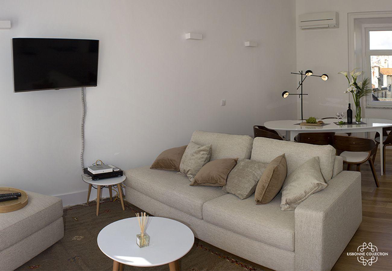 Grand salon salle à manger avec télé accrochée au mur