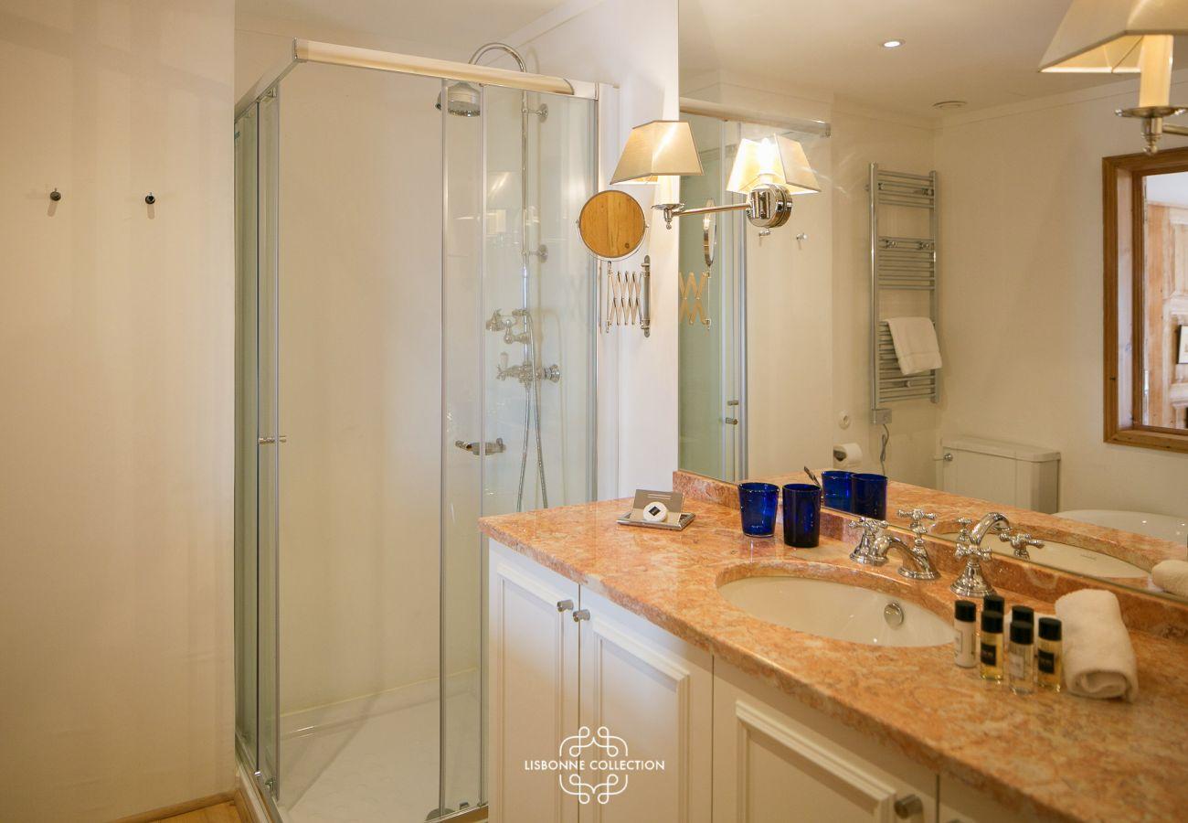 Grande salle d'eau avec meubles en marbre et douche à l'italienne
