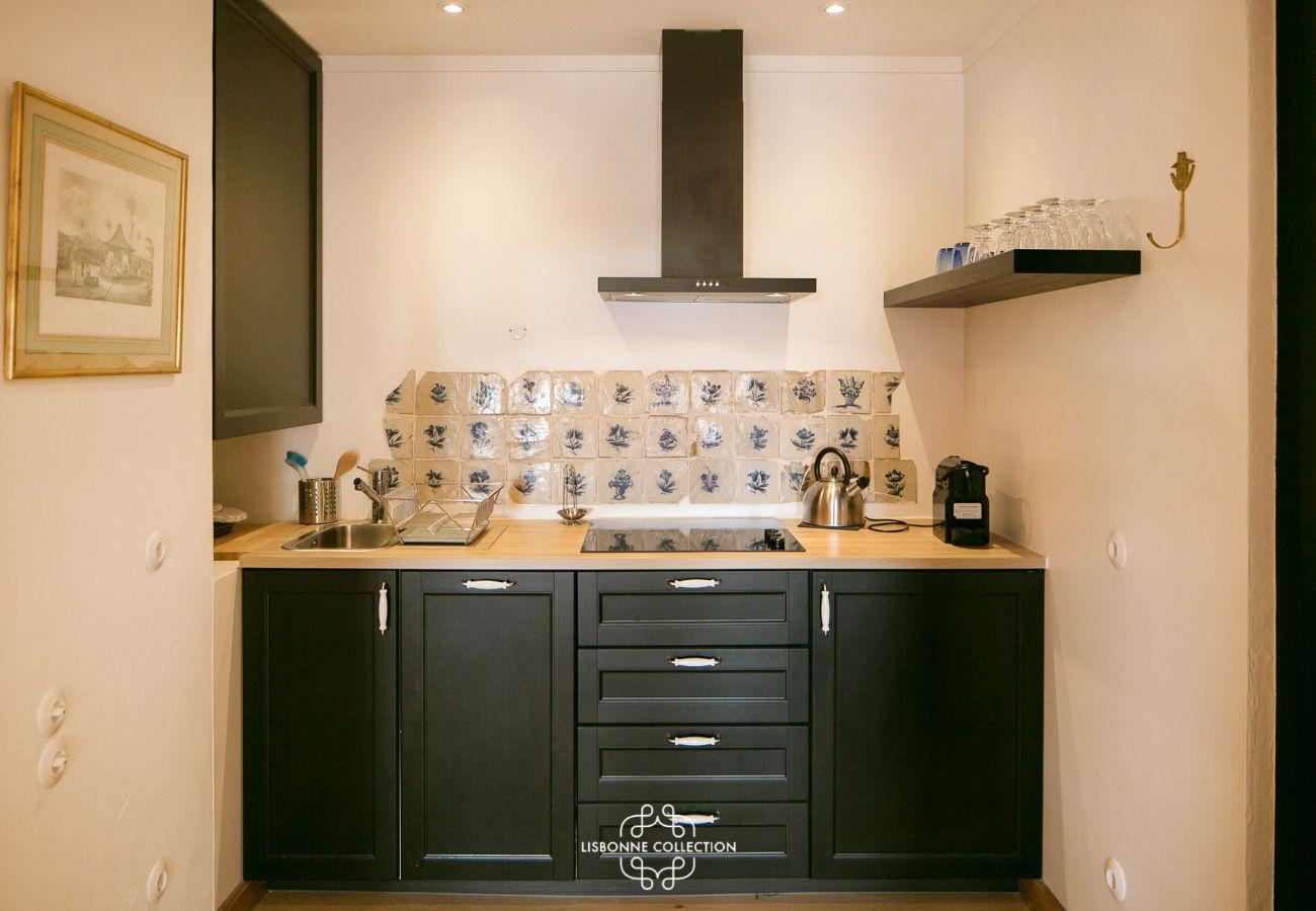 Cuisine avec carrelage et meuble en bois dans un appartement en location