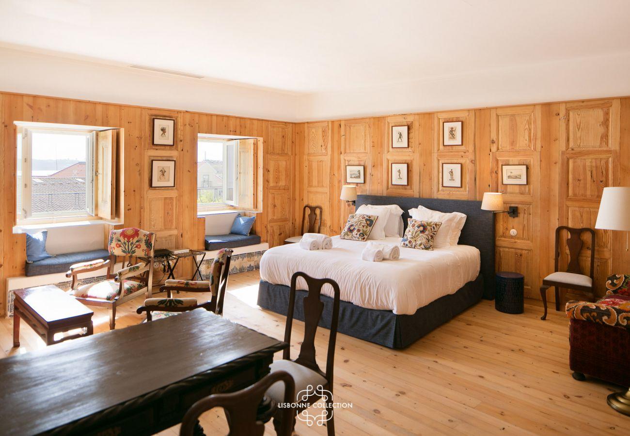 Chambre de luxe authentique à la décoration rustique faite en bois