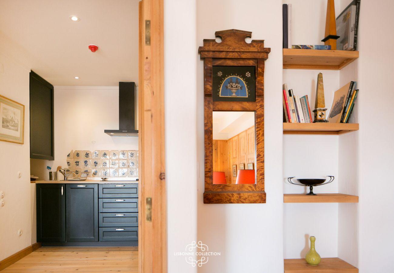 Accès de la cuisine à la pièce principale et à la salle de bain
