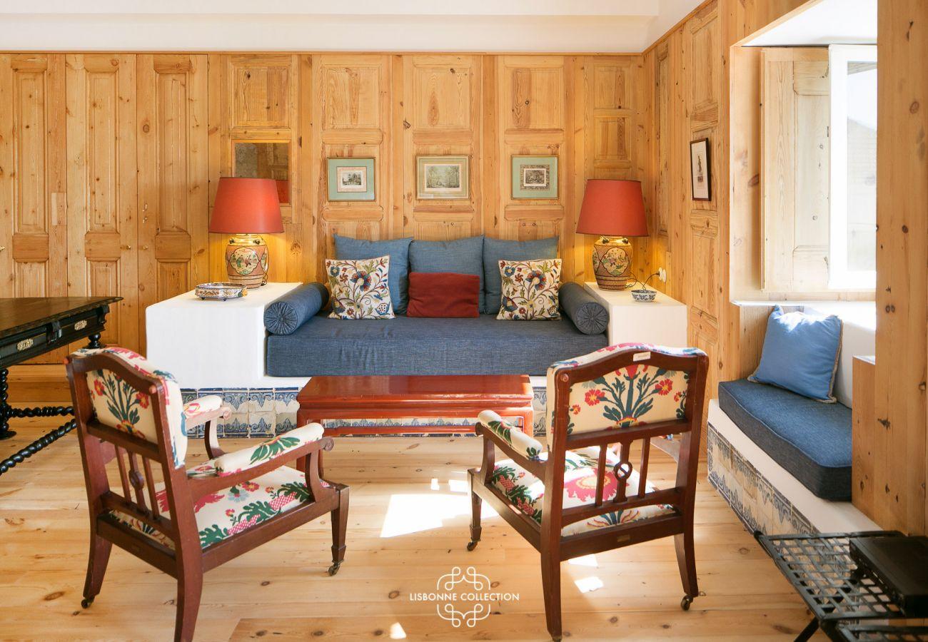 Salon relié à une chambre spacieuse et haut de gamme