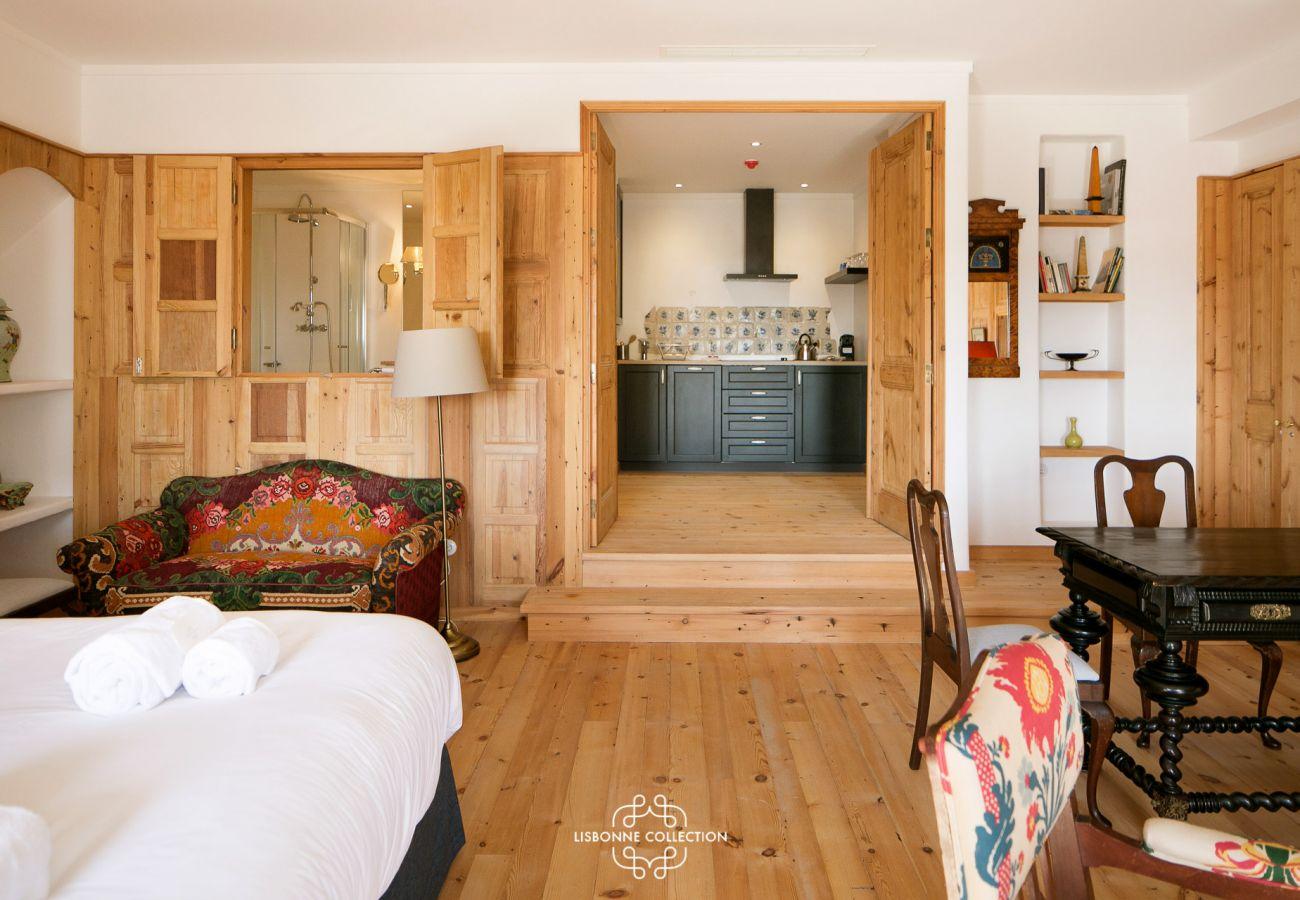 Chambre ayant accès à une cuisine moderne et toute équipée